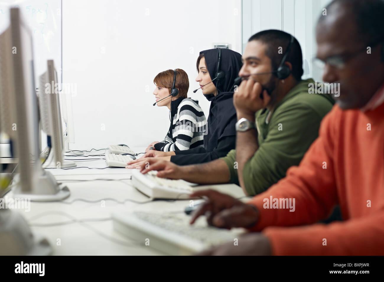 Multiethnische Computerklasse mit indischen, Nahen Osten, hispanic und kaukasische Menschen eine Ausbildung mit Stockbild