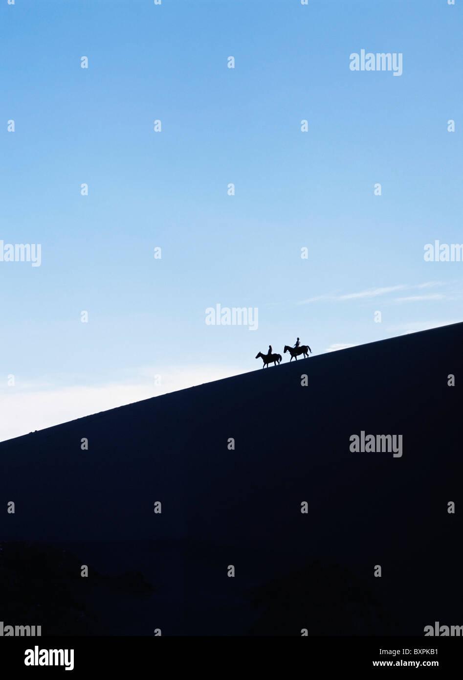 Silhouette Reiter in der Dämmerung auf einer Sanddüne In der Valle De La Muerte Stockbild