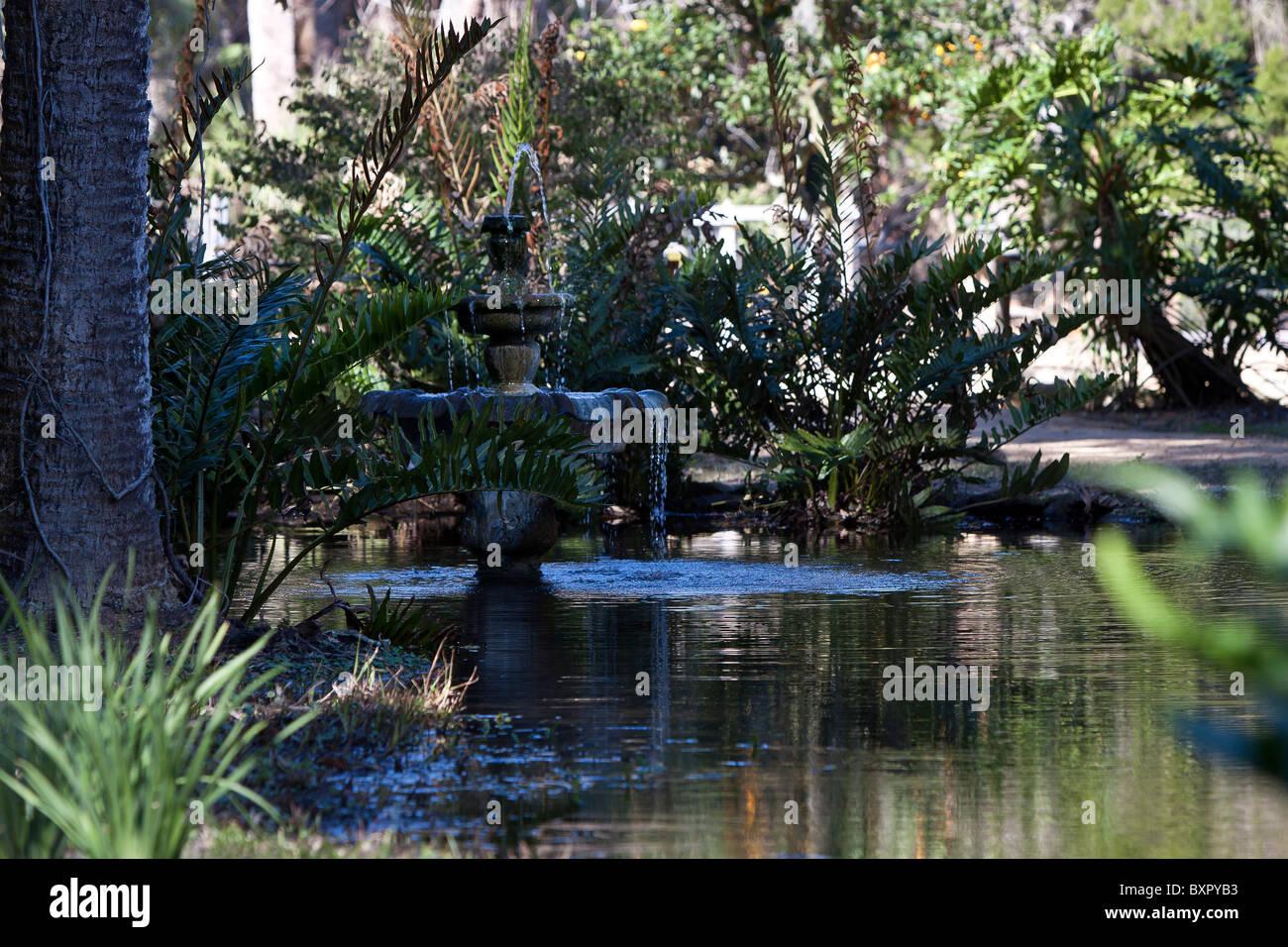 Dreistufige Brunnen befindet sich im malerischen Washington Eichen Garten State Park in Florida. Stockbild