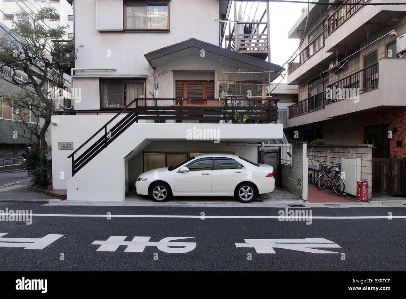 kompakte Wohnungsbau in Tokio Leben eng Stockbild