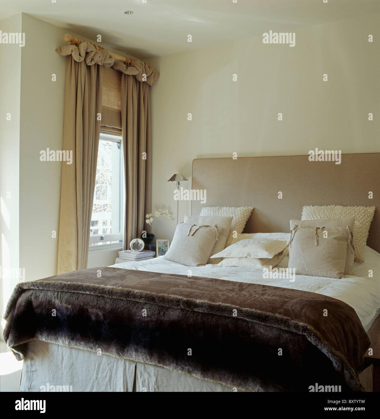 Creme Leinen Kissen Und Braunen Samt Werfen Auf Gepolsterten Bett Im  Schlafzimmer Mit Beige Leinen Gardinen Und Blind Am Fenster