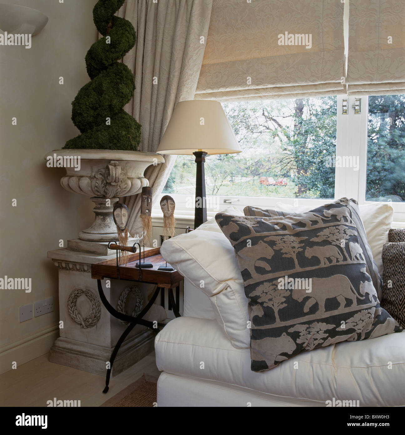 Cream sofas stockfotos cream sofas bilder seite 2 alamy for Sofa vor fenster
