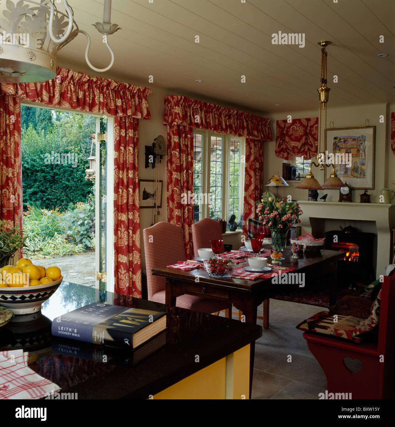 Gemusterte Vorhänge auf französische Fenster im Land Küche Esszimmer ...