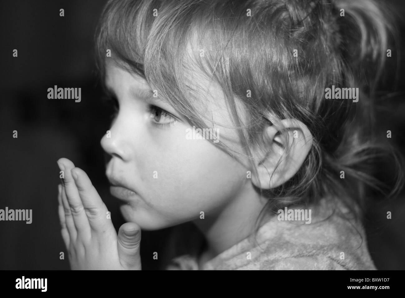 kleine Mädchen Kuss Stockbild