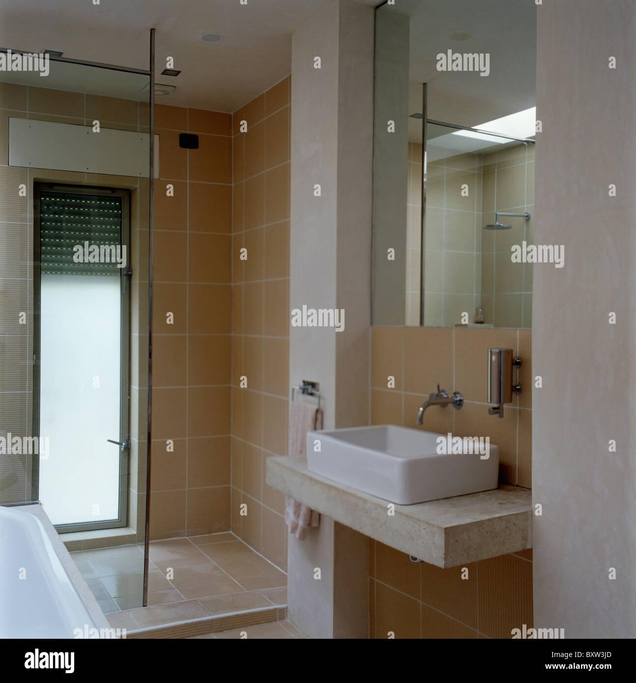 Spiegel über Dem Rechteckigen Becken Auf Polierten Beton Waschtisch In  Modern Gefliestes Badezimmer Mit Begehbarer Dusche