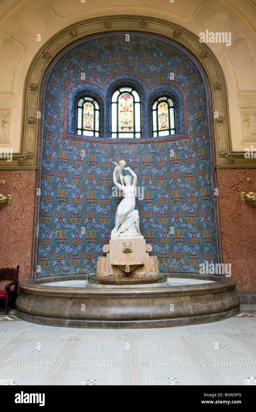 Skulptur in der Halle des Gellertbad, Budapest, Ungarn Stockbild