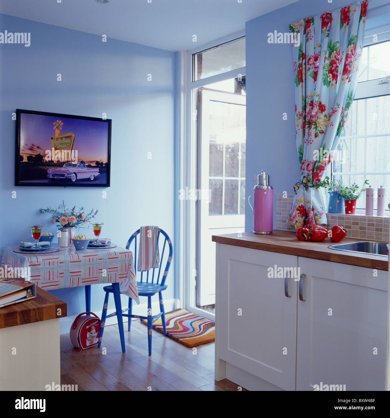 Großes Bild an die Wand über dem kleinen Tisch und Stuhl in blassen ...