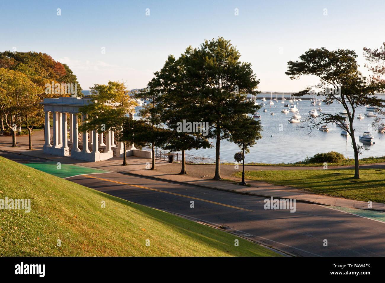Plymouth Rock in der Pilger-Gedenkstätte auf der Küste von Plymouth Harbor in Plymouth Massachusetts Stockfoto