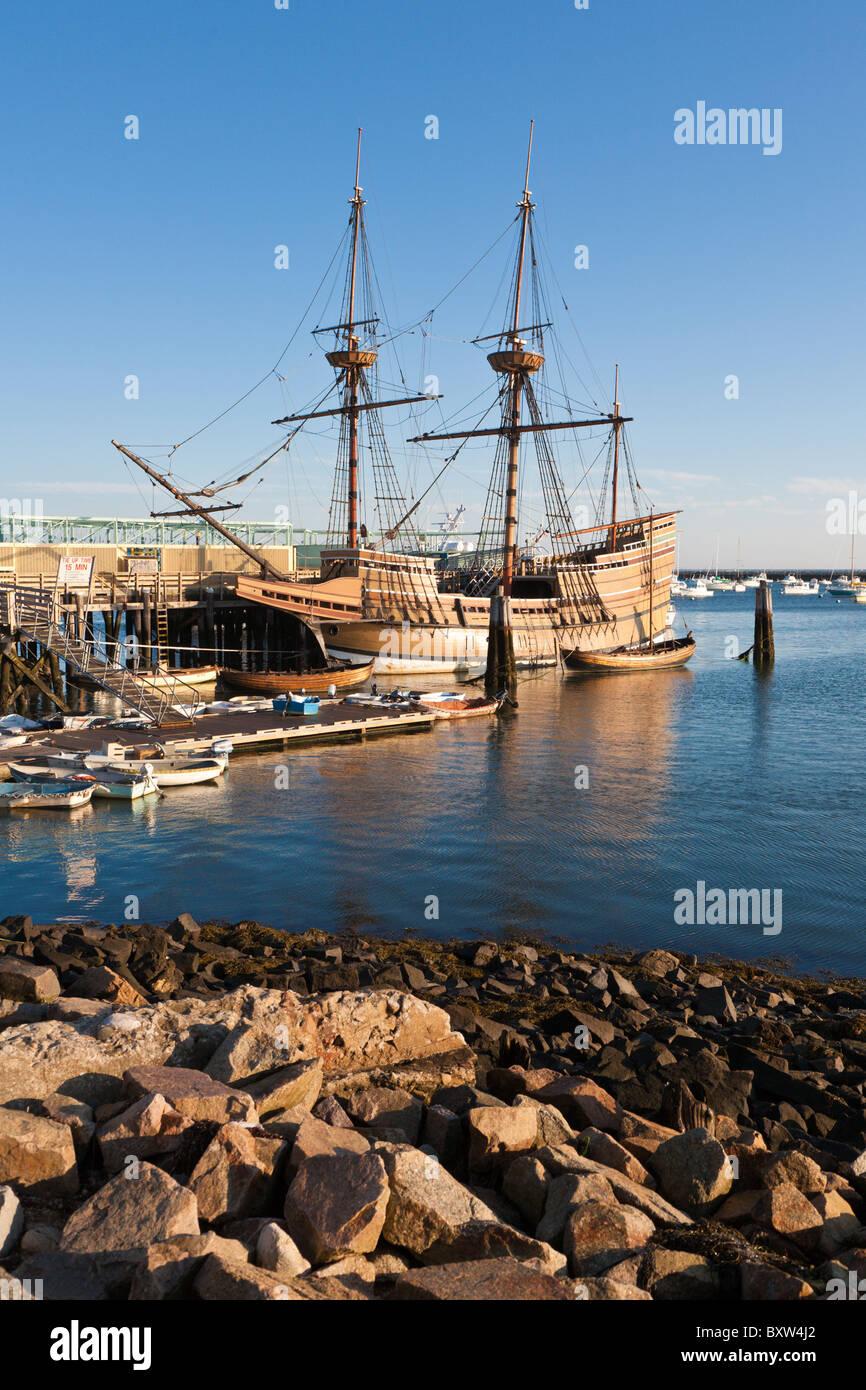 Mayflower II und andere Boote vertäut im Hafen von Plymouth im Morgengrauen in Plymouth Massachusetts Stockbild