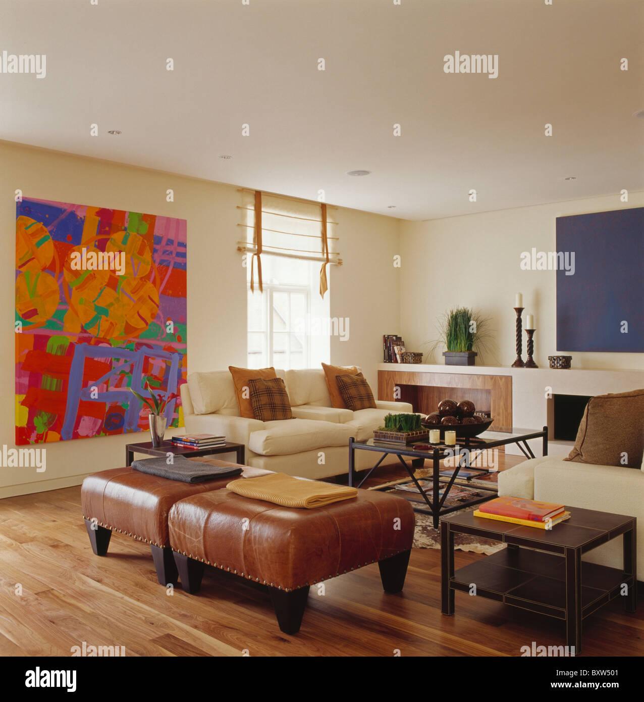 Gemälde Wohnzimmer, braun leder hocker und cremefarbenen sofas im wohnzimmer moderne, Design ideen