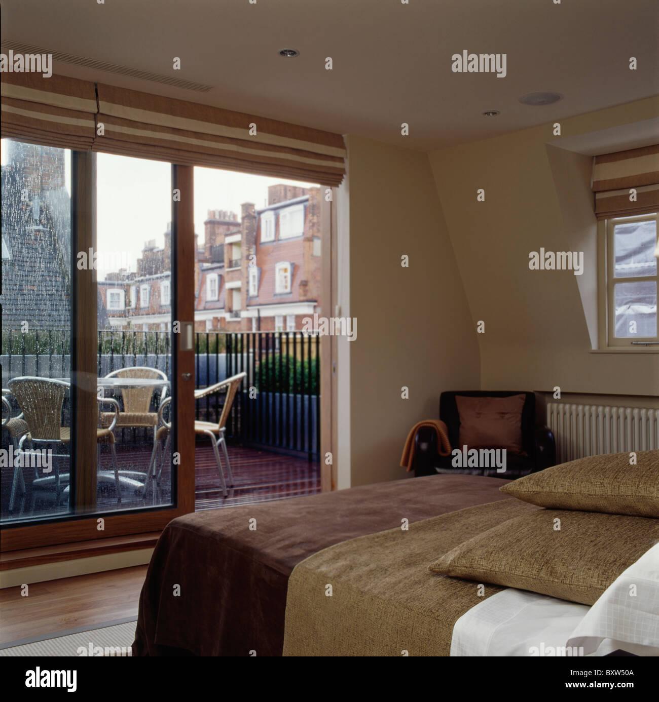 Kleine Moderne Dachgeschossausbau Schlafzimmer Mit Beige Jalousien An  Terrassentüren Auf Dachterrasse
