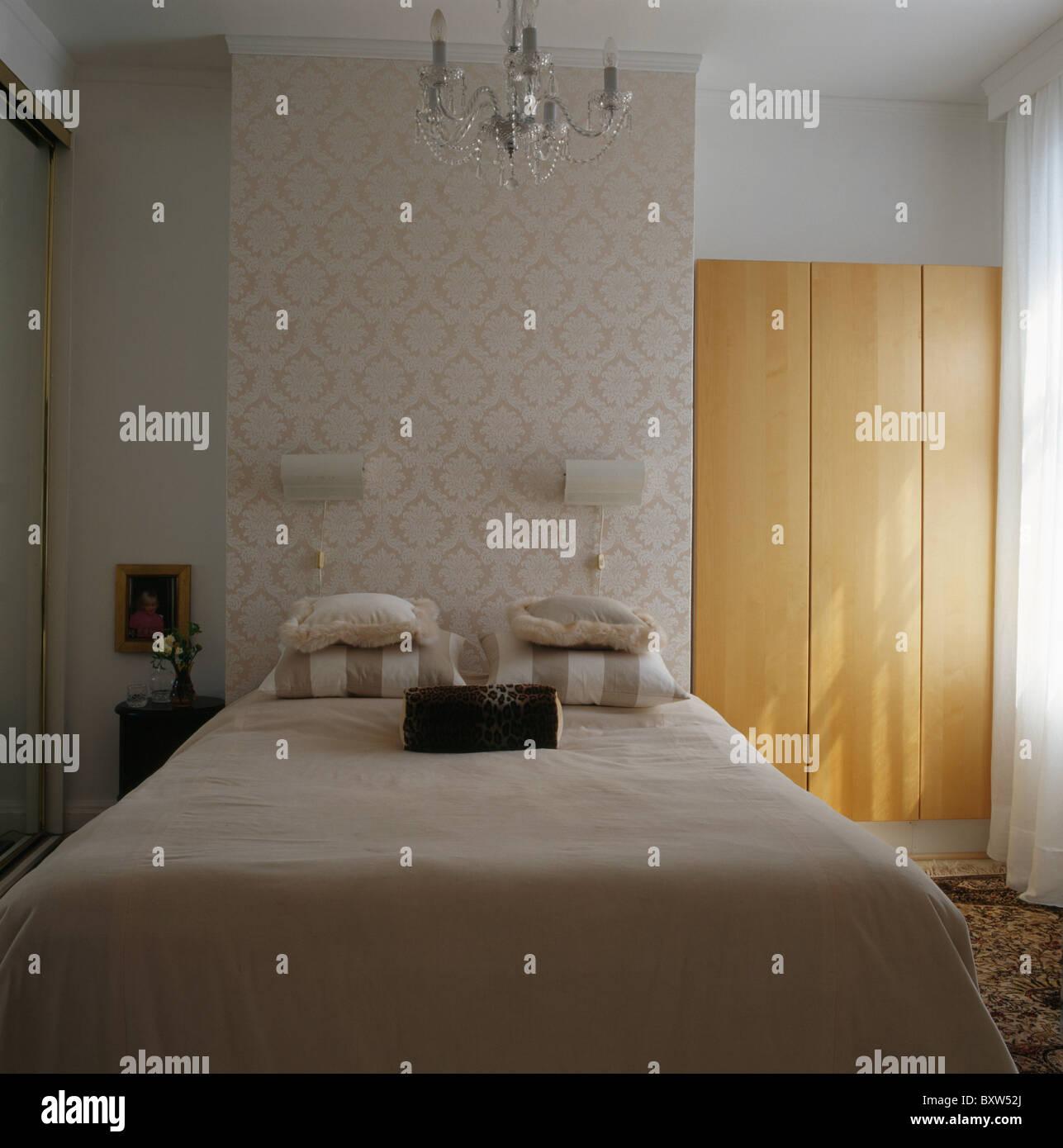 Damast Tapete Und Wandlampen An Wand über Dem Bett Mit Weißen Bettdecke Im  Kleinen Stadthaus Schlafzimmer Mit Einbauschrank Holz