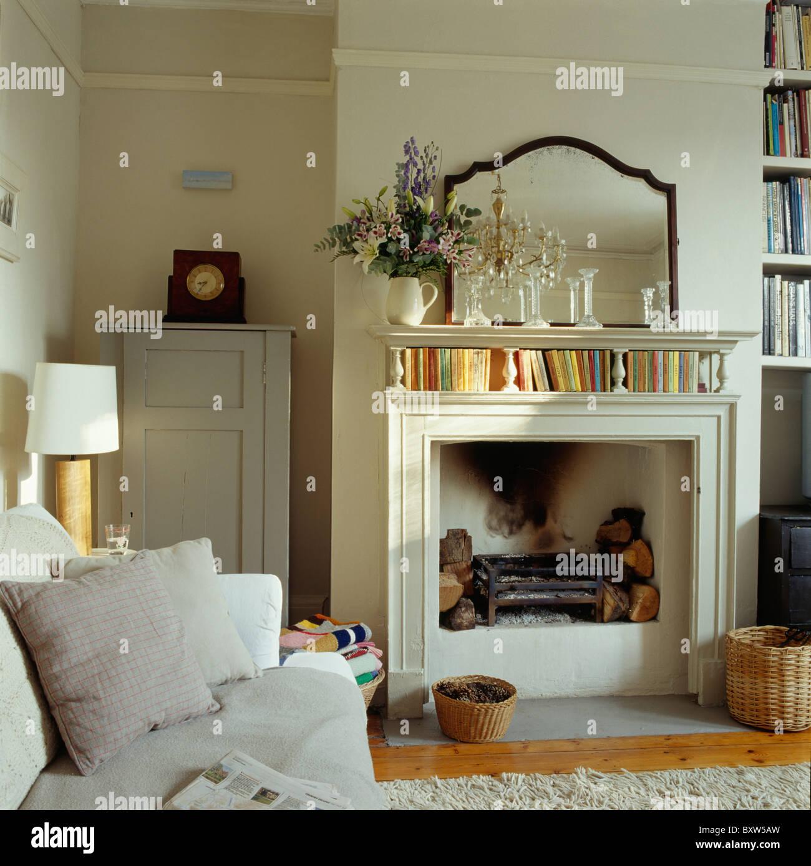 Antike Spiegel über Creme Kamin im Wohnzimmer Creme Land mit ...