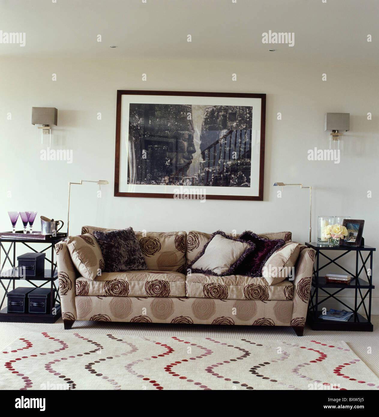 Große Schwarze + Weisses Bild Oben Gemustert Beige Sofa Im Modernen Weißen  Wohnzimmer Mit Gemusterten Teppich Beige
