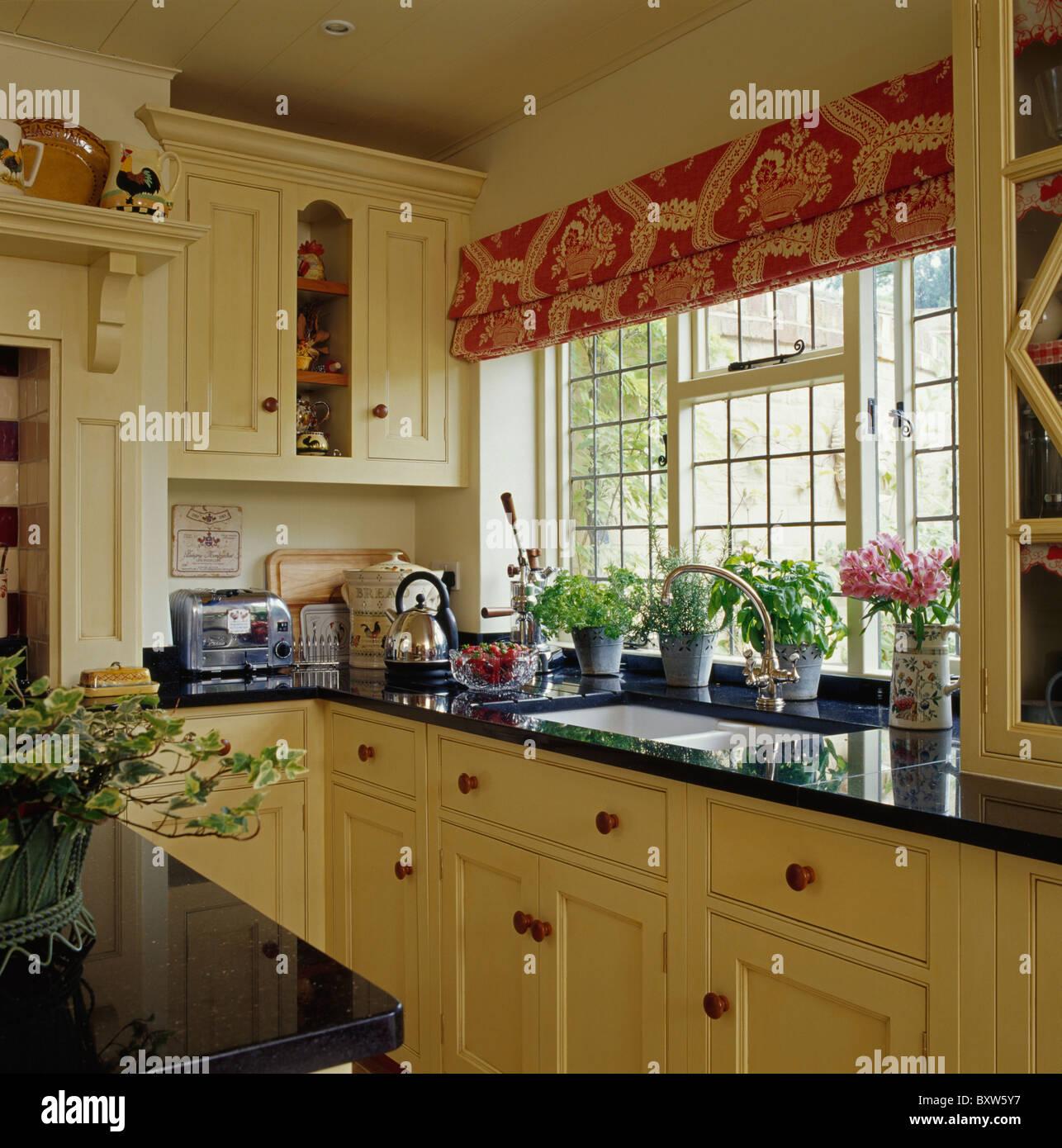 Gemusterten rot blinde Fenster im Landhaus-Küche mit Granit ...