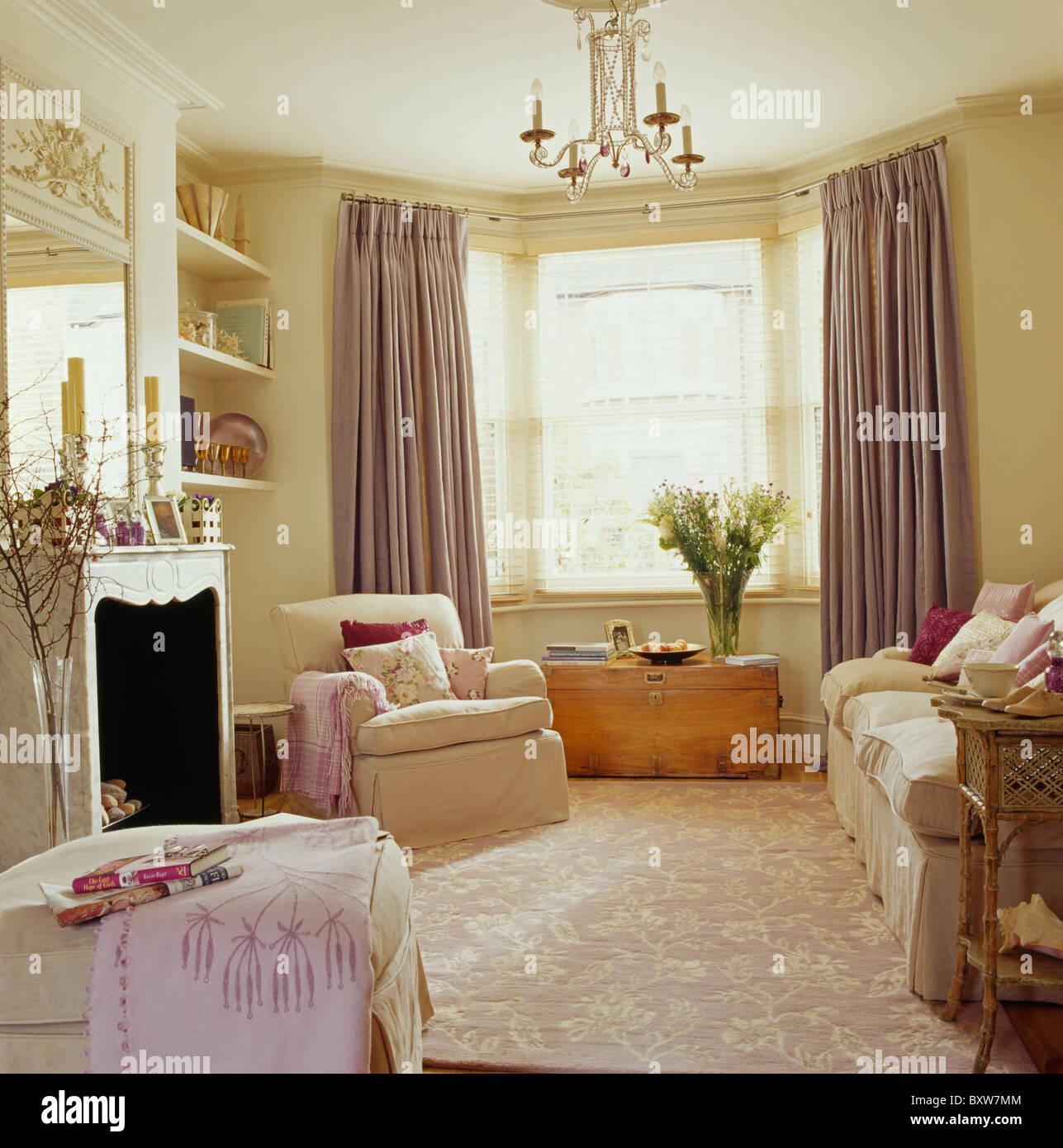 Creme Strukturierte Teppich In Creme Wohnzimmer Mit Blassen Lila Seide  Vorhänge Und Sahne Sofa Und Sessel