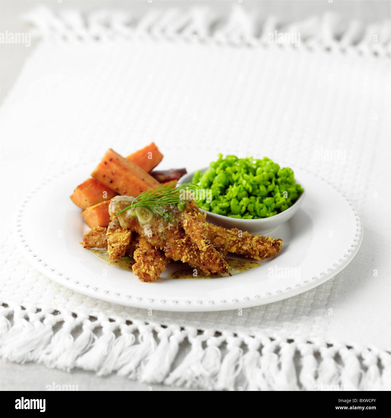 Hähnchen-Coujons mit Honig-Senf-dressing Stockbild
