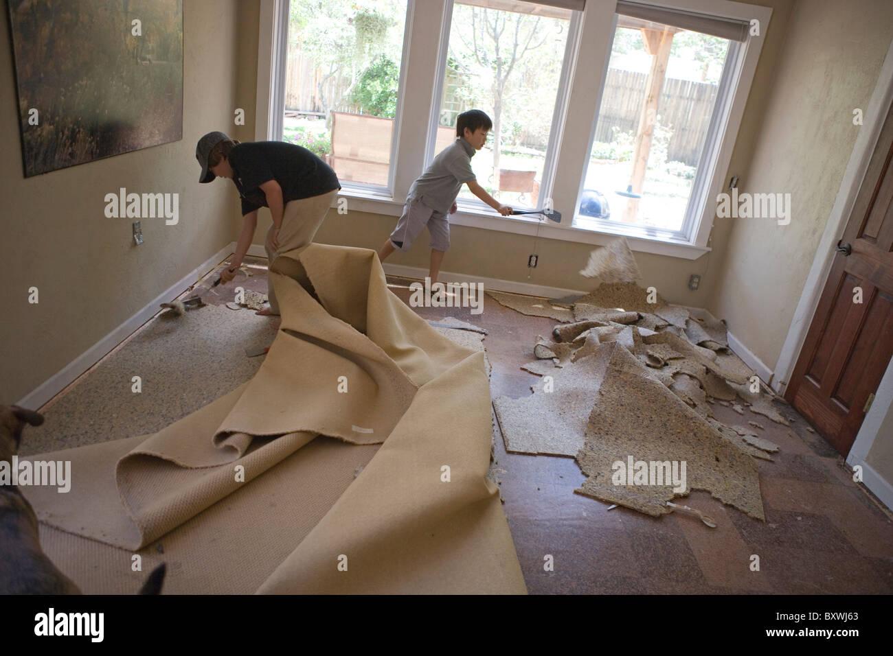 Zwei Jungen Dazu Ein Wohnzimmer Teppich Entfernen Off Schaben