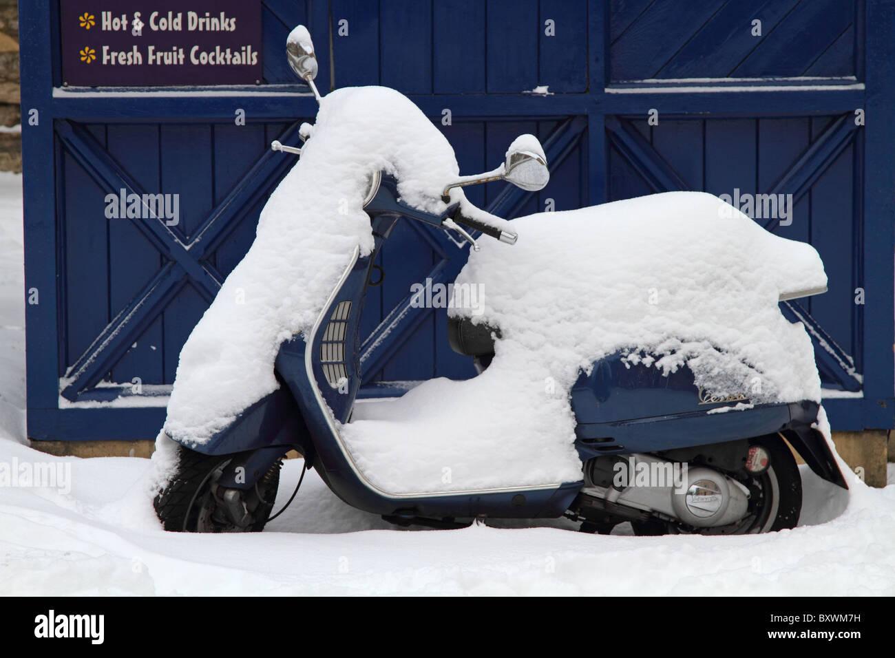 Verschneite Vespa Roller Motorrad Fahrzeug Winterschnee Stockbild