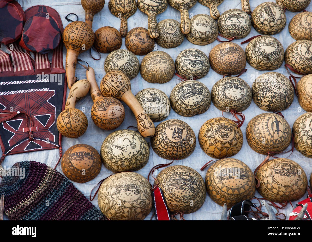 Bei den halbjährlichen Salon International de l'Artisanat de Ouagadougou in Burkina Faso Anbieter verkaufen SIAO Kalebassen und Kürbisse geschnitzt Stockfoto