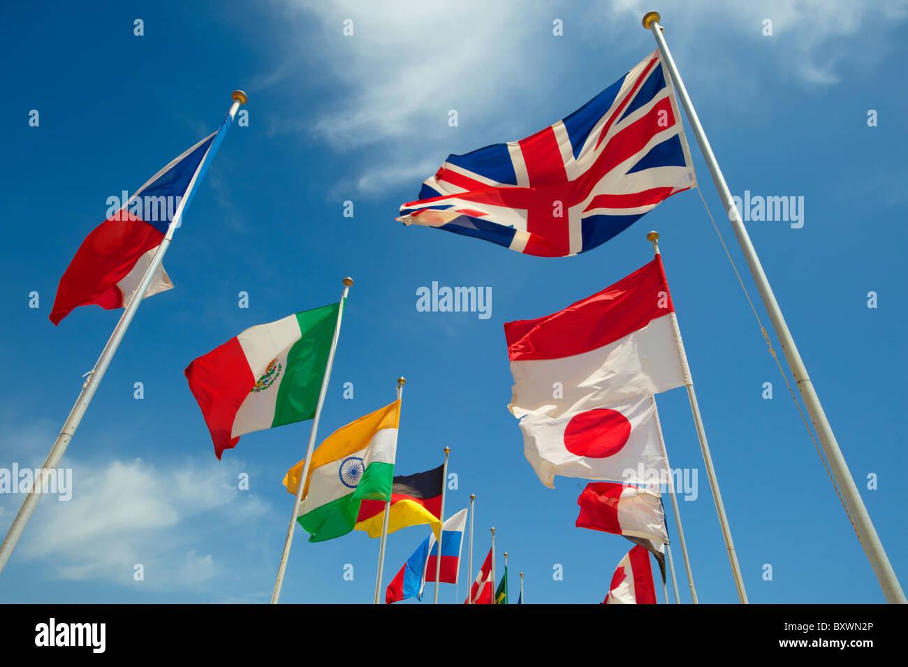 Union Jack und andere Länder der Welt Flaggen International fliegen Stockbild