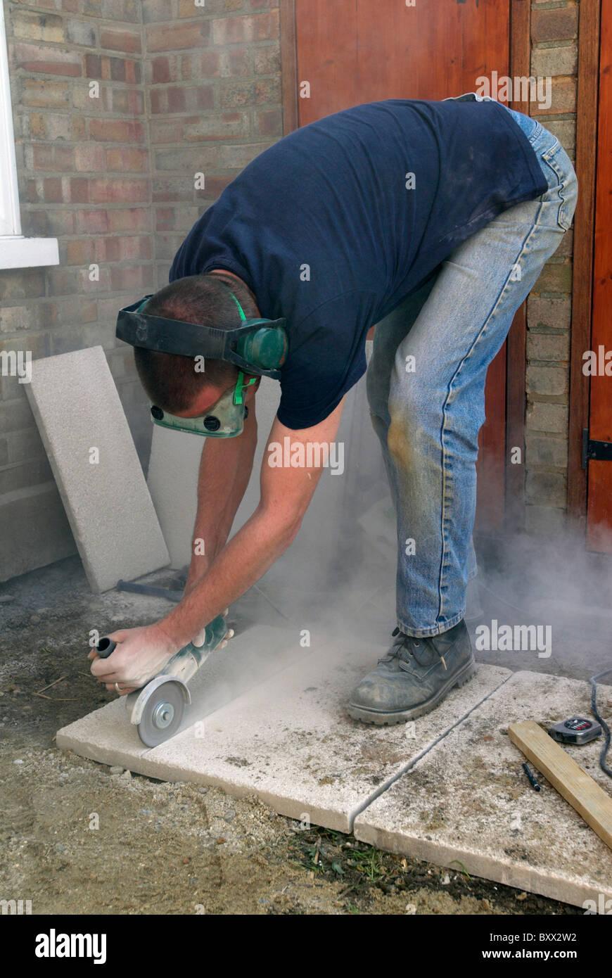 mann schneiden pflastersteine mit cutter stockfoto, bild: 33764446