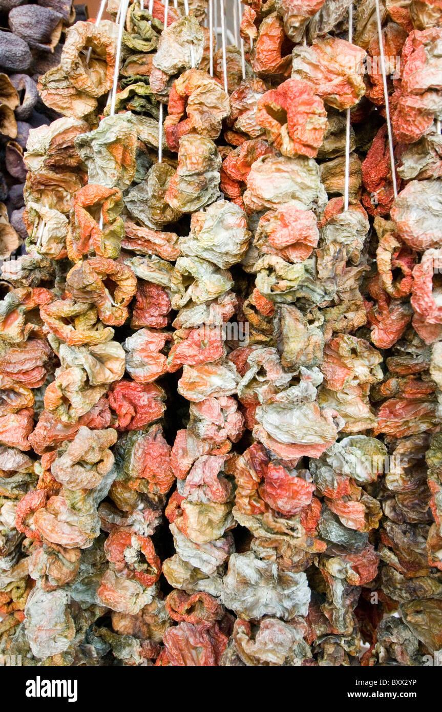 getrocknete Paprika hängen im Marktplatz in Antalya Türkei Essen ...