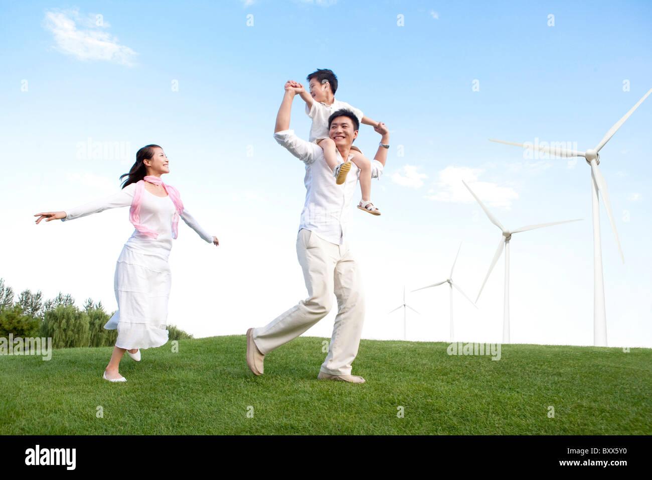 Familie mit Windmühle Stockbild