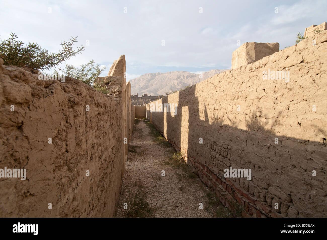 Blick in die thebanischen Berge aus dem Palast an die Totentempel von Pharao Ramses III, Medinet Habu, Westjordanland Stockbild