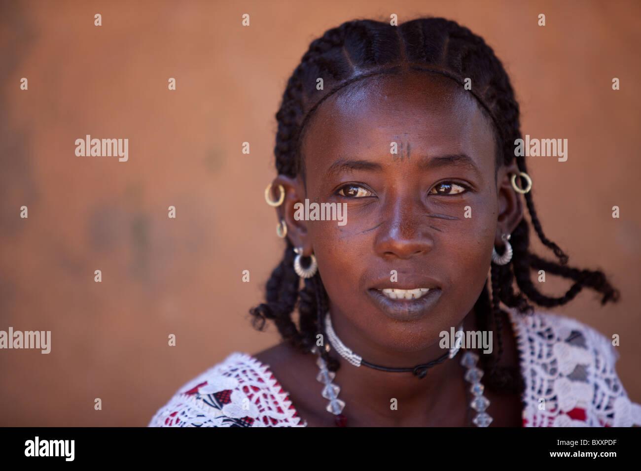 Fulbe-Frau in Djibo im nördlichen Burkina Faso. Die Frau Sport der traditionellen Gesichts Narbenbildung, gilt Stockbild