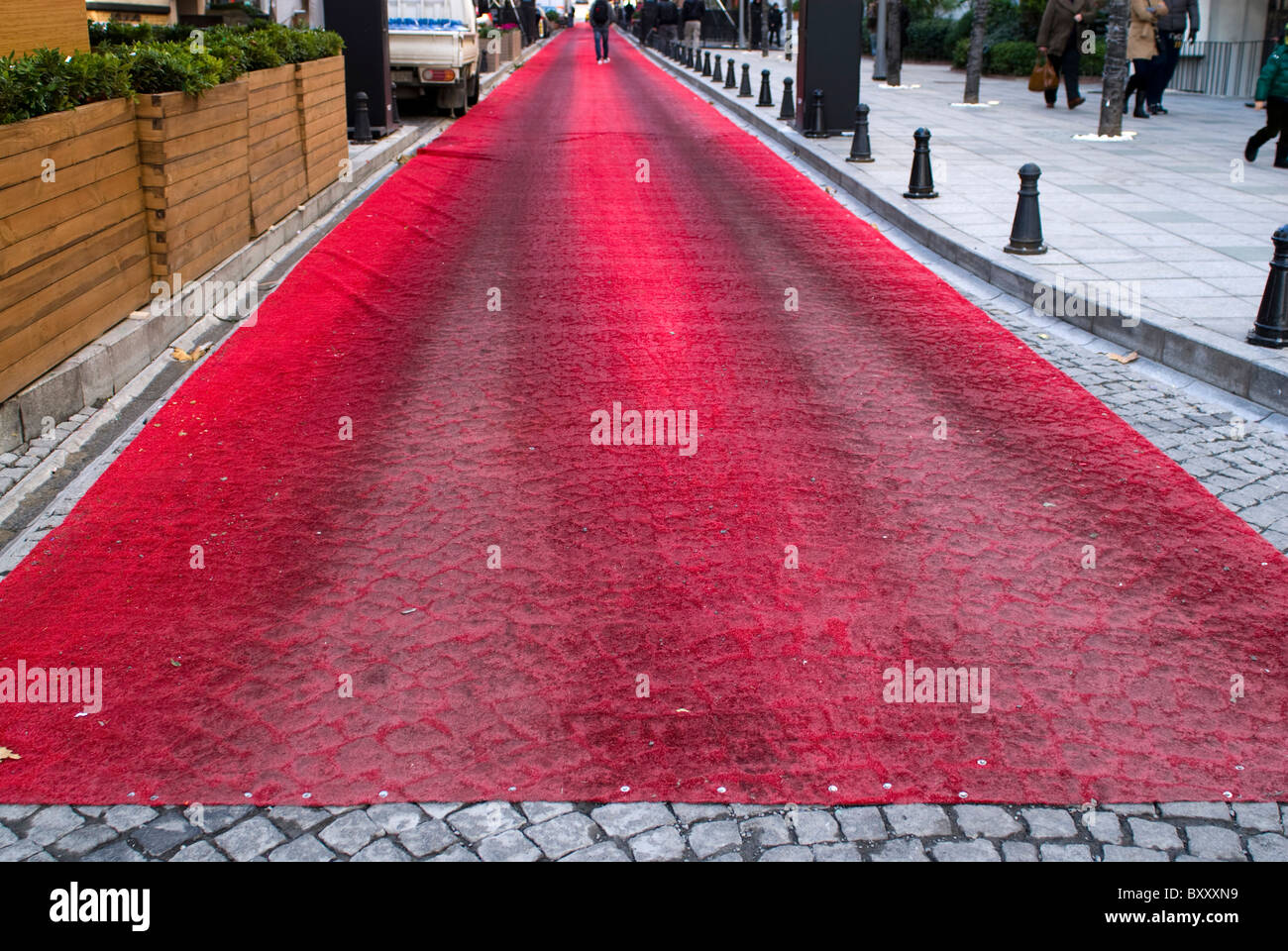 Roter Teppich auf Straße Stockbild