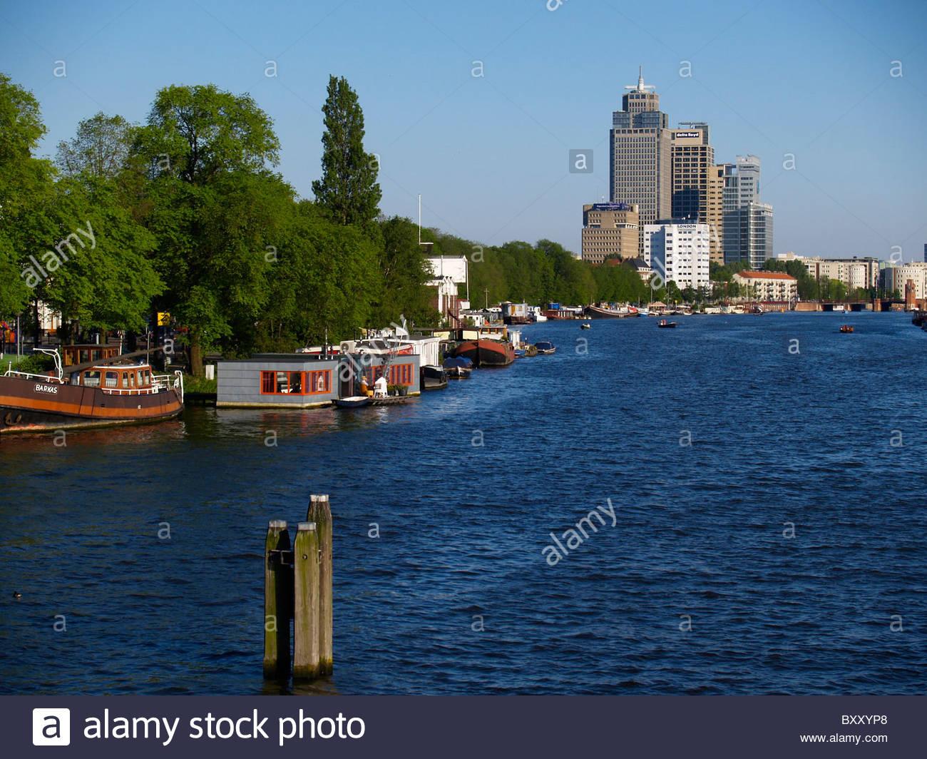 Amsterdam, eine der Amstel entlang des Flusses Amstel Stockbild