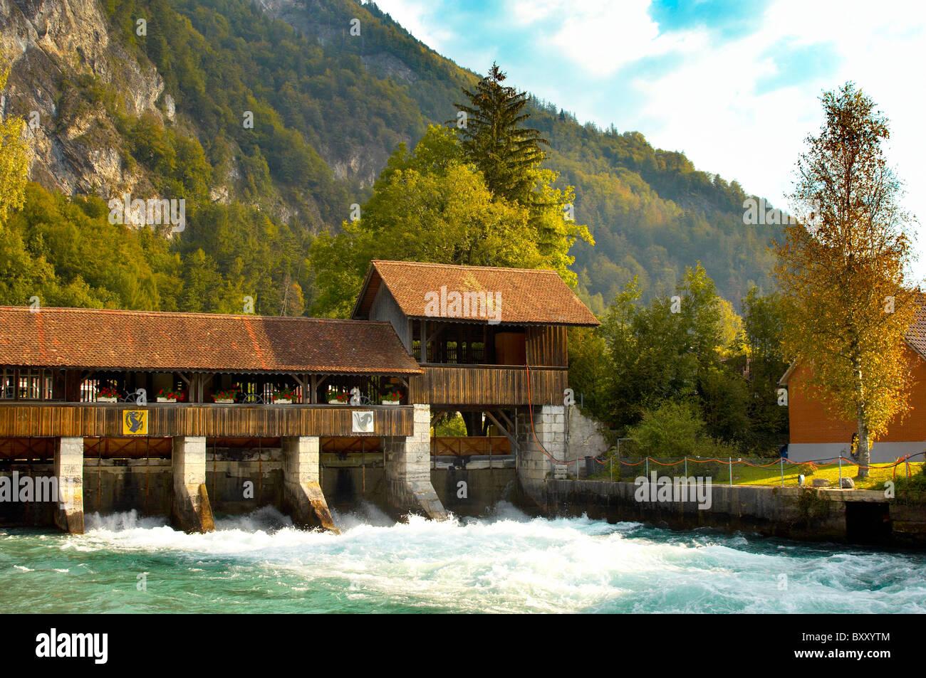 Interlaken Berner Alpen Schweiz - Fluss und hölzernen wier Stockbild