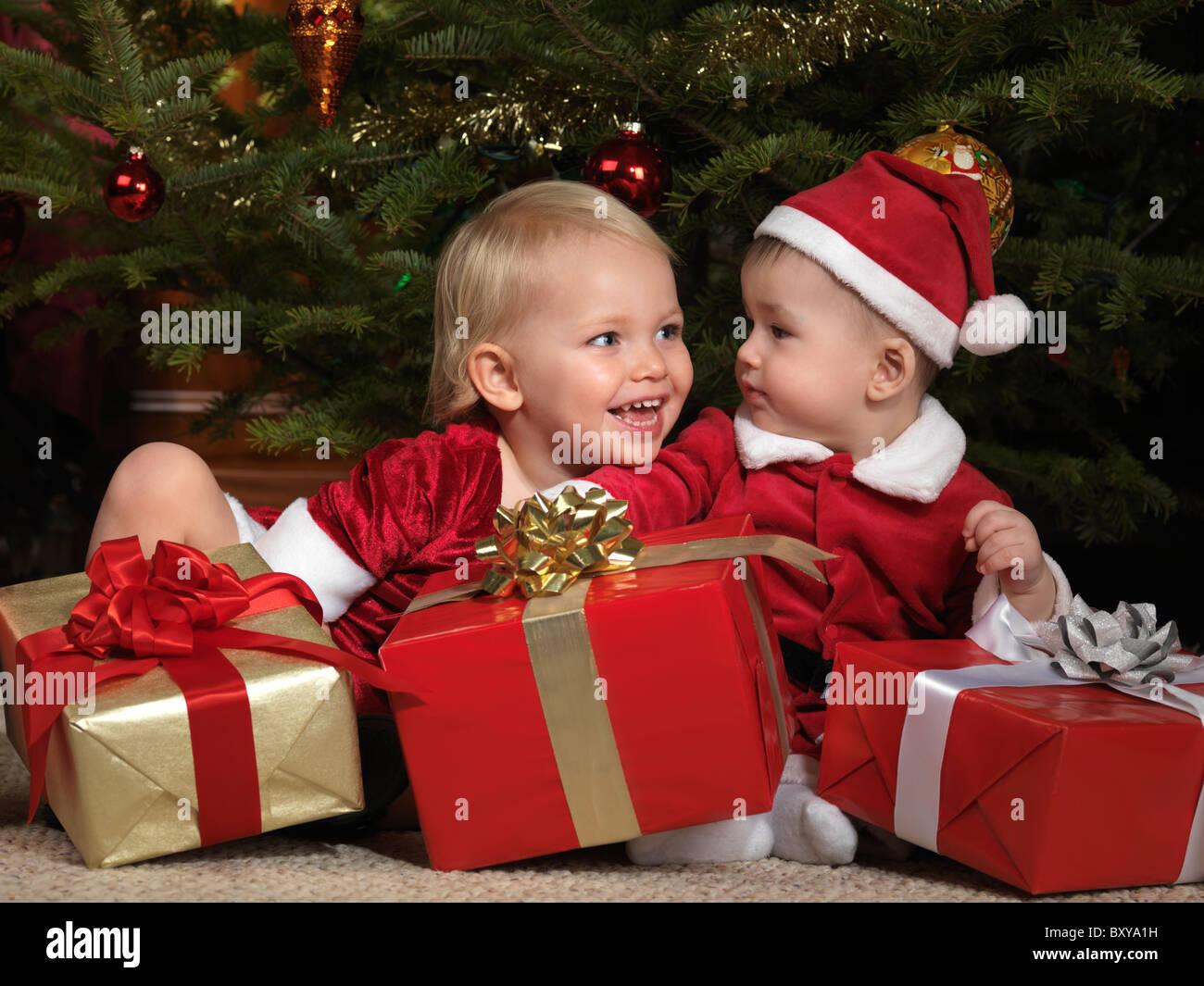 Zwei Jahre altes Mädchen und eine acht Monate alte junge teilen ...