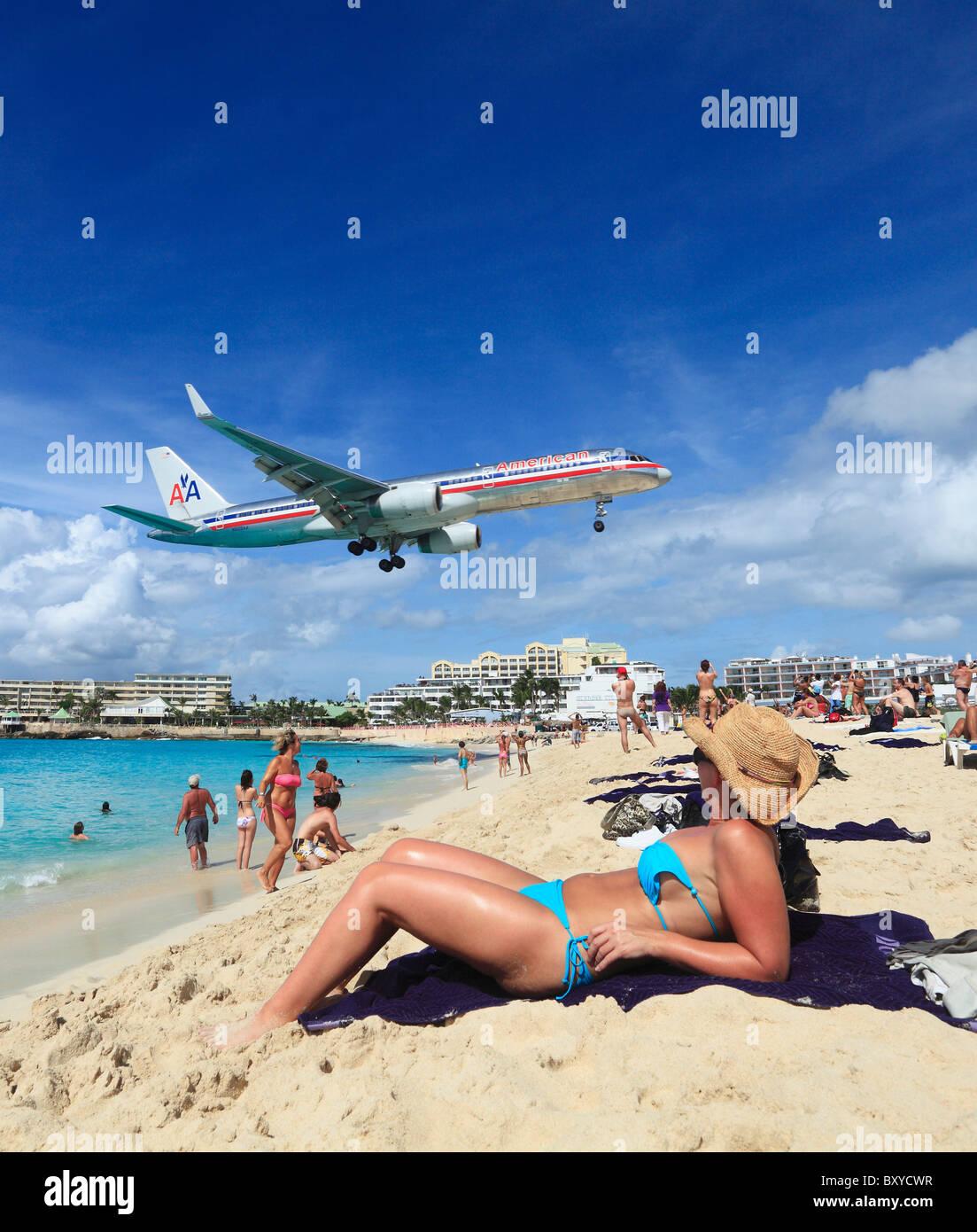 American Airlines Jet Landung über den Maho Beach auf St. Maarten Princess Juliana Airport Stockbild