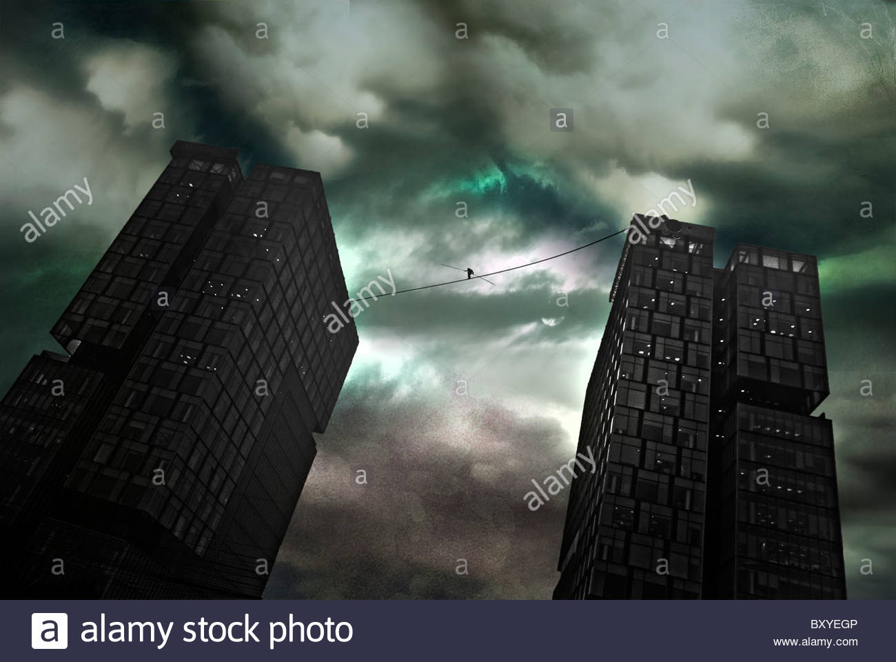 Eine Figur, die zu Fuß ein Seil zwischen zwei großen Bürogebäuden unter Gewitterhimmel Stockbild