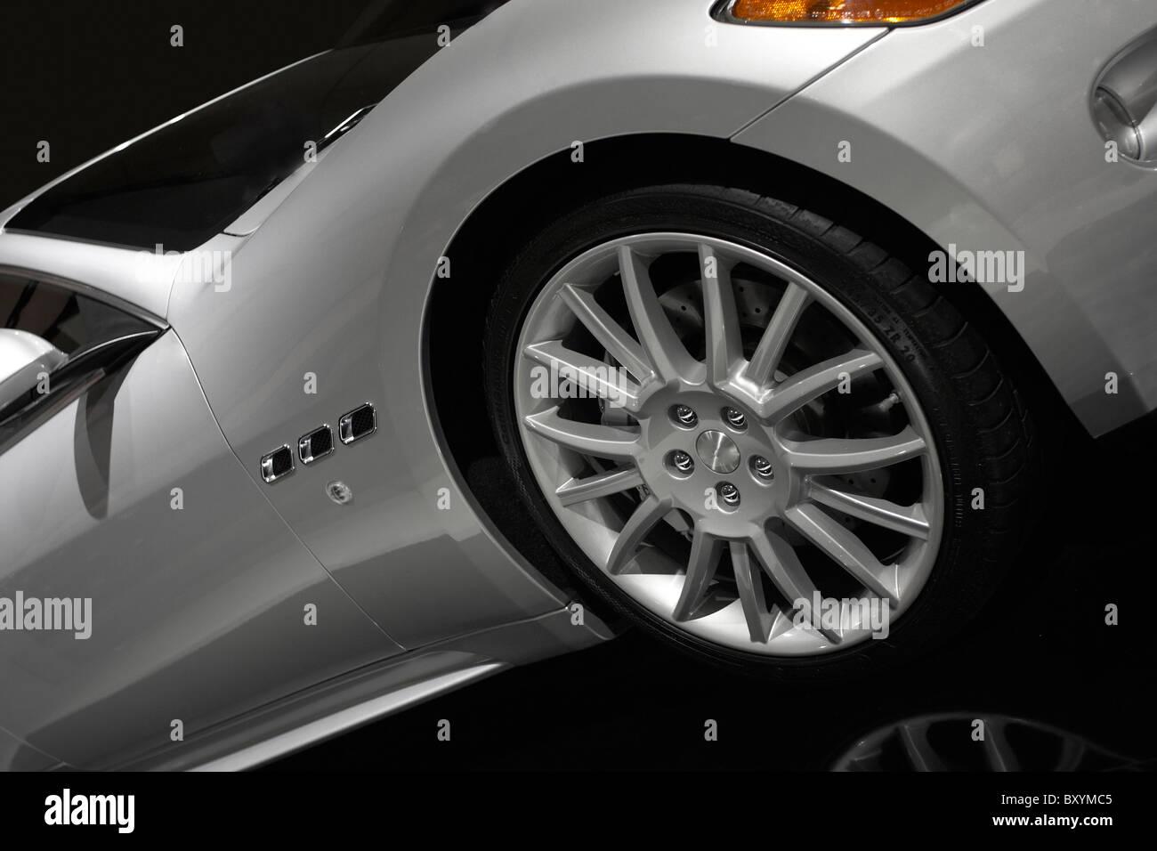 Stock Fotografie von einem silbernen Sportwagen Stockbild