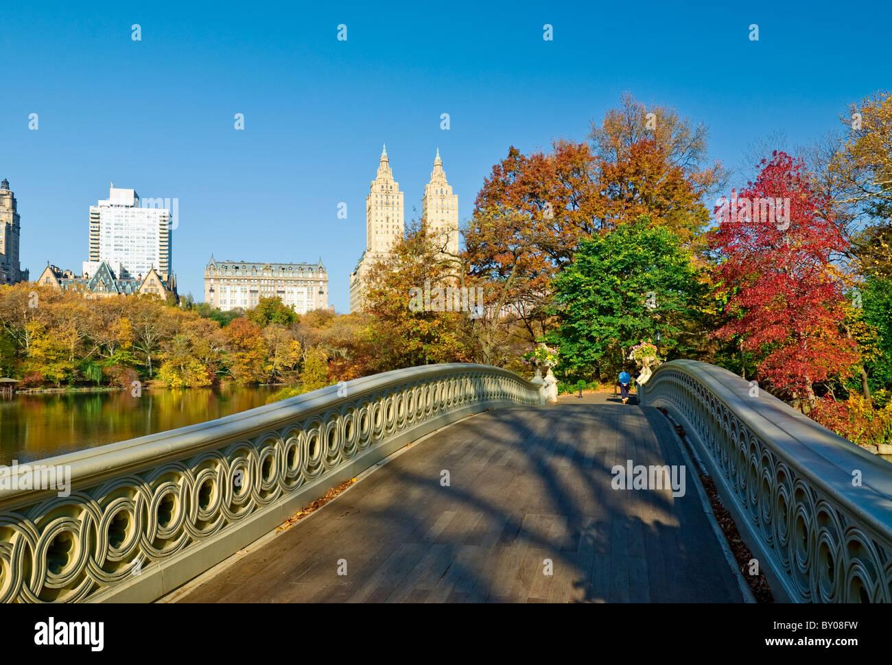 Bogen-Brücke und die Skyline von Central Park West, Central Park im Herbst, New York City. Stockbild