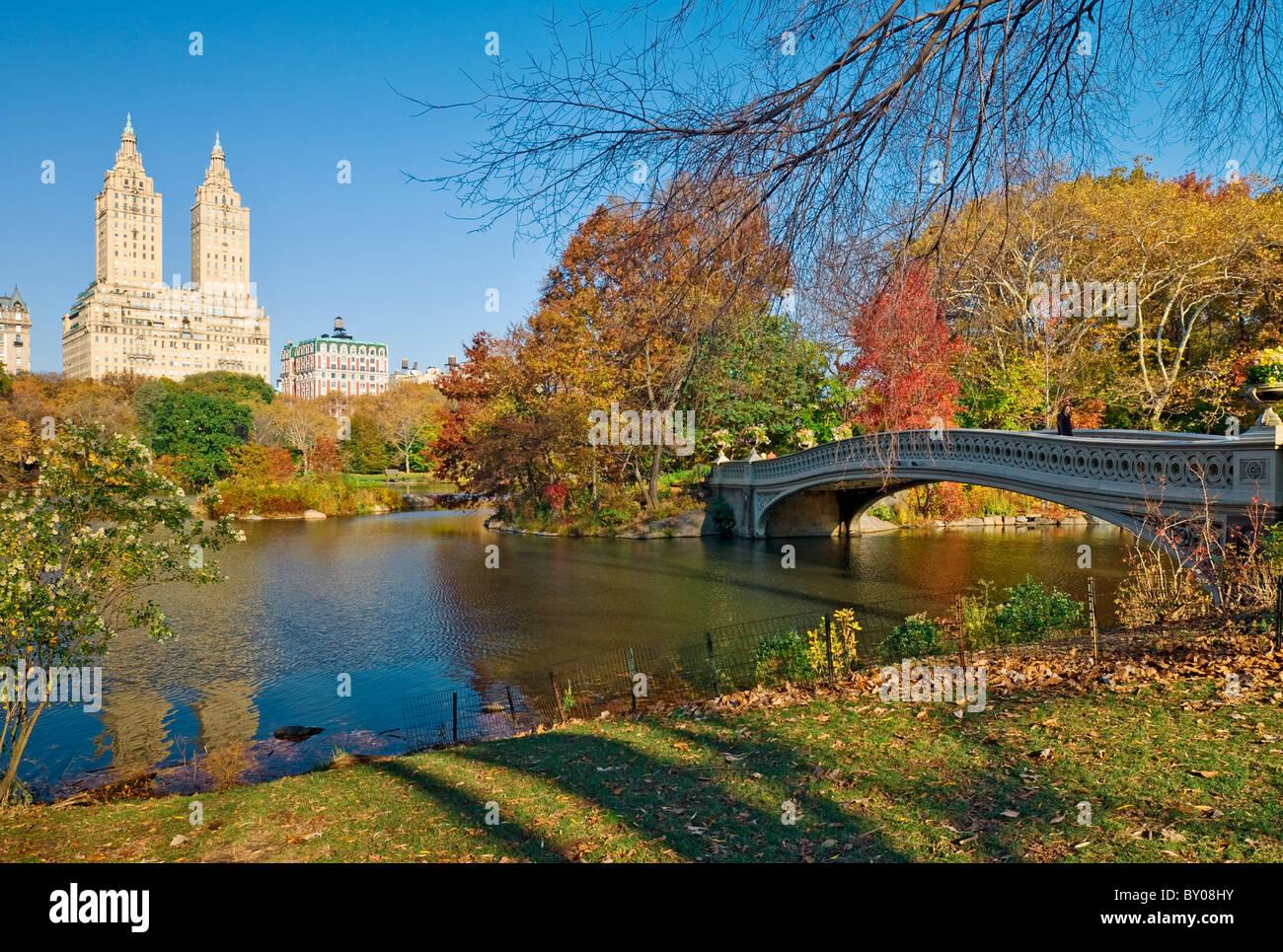 Bogen Sie-Brücke und die Skyline von Central Park West im Central Park, New York City. Stockbild