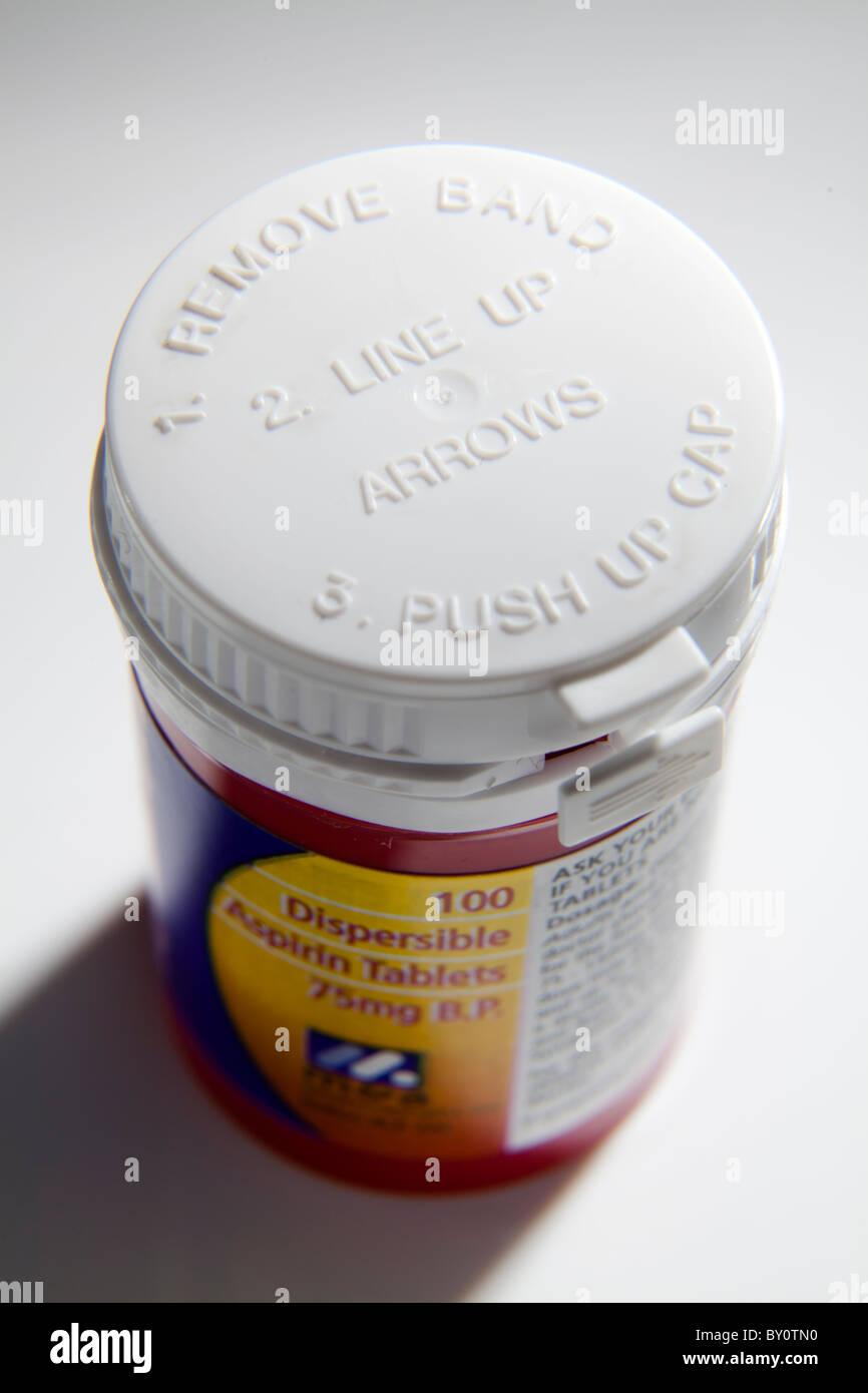Kind Beweis Kappe auf Medizin Pille Flasche für niedrige Dosis 75g aspirin Stockbild