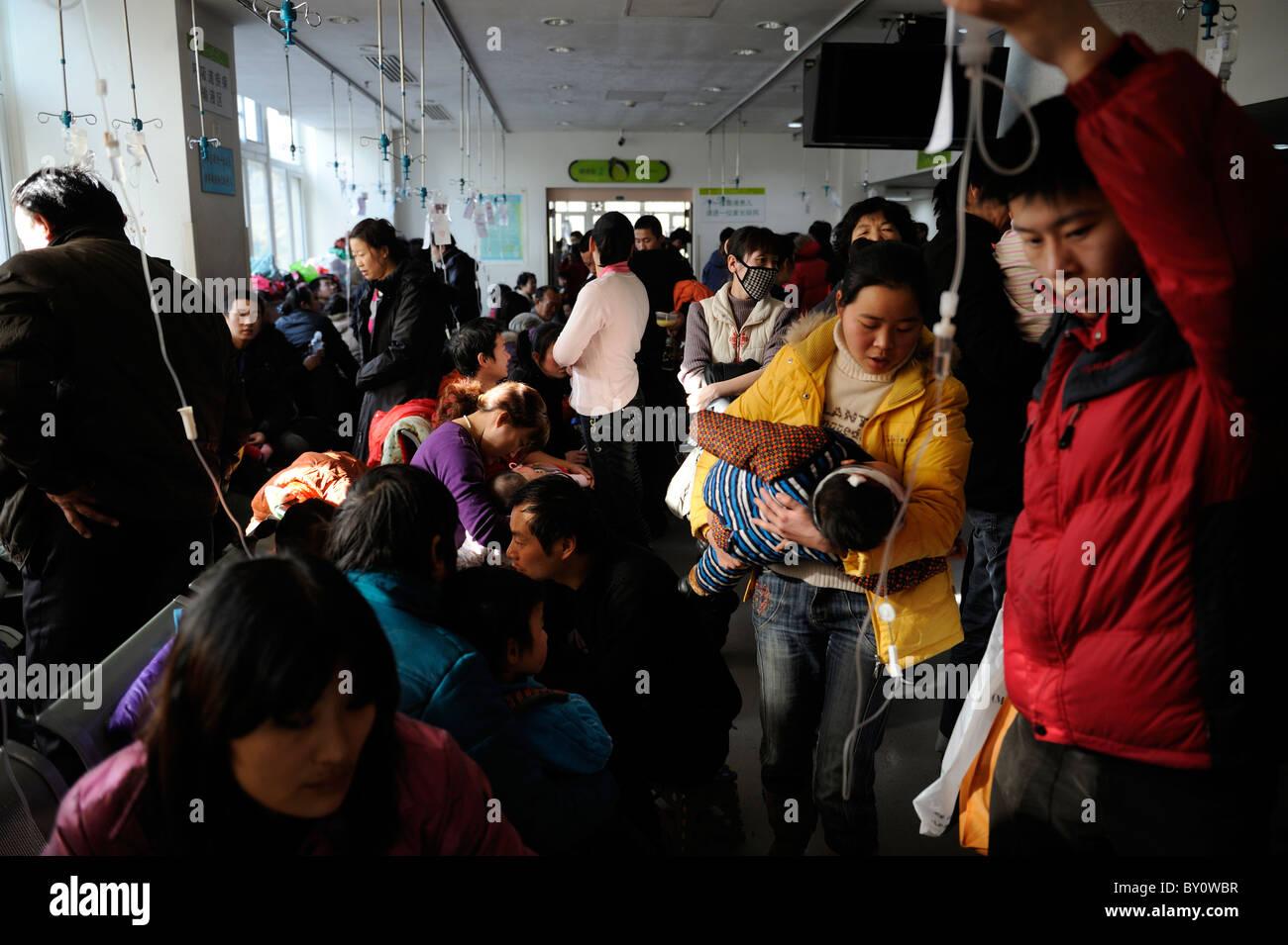 Chinesische Kinder erhalten Transfusion im Kinderkrankenhaus in Peking, China.12-Jan-2011 Stockbild