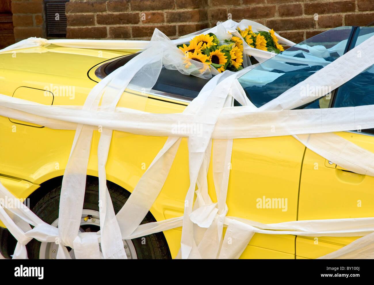 Papier-Bänder Girlande gelb Alpha Romeo Cabrio mit Sonnenblumen auf dem Rücksitz bei einer italienischen Stockbild