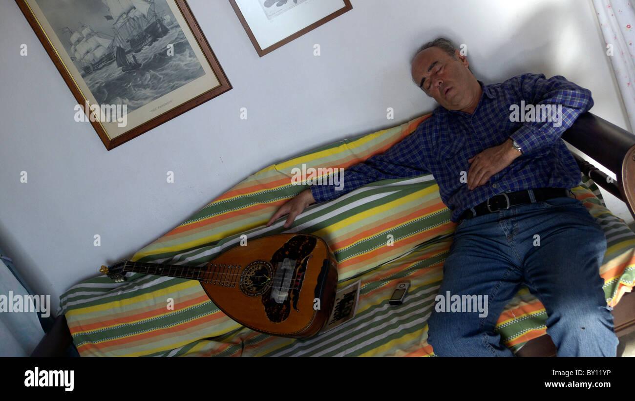 Griechenland-Musiker durch seine laute eingeschlafen Stockbild