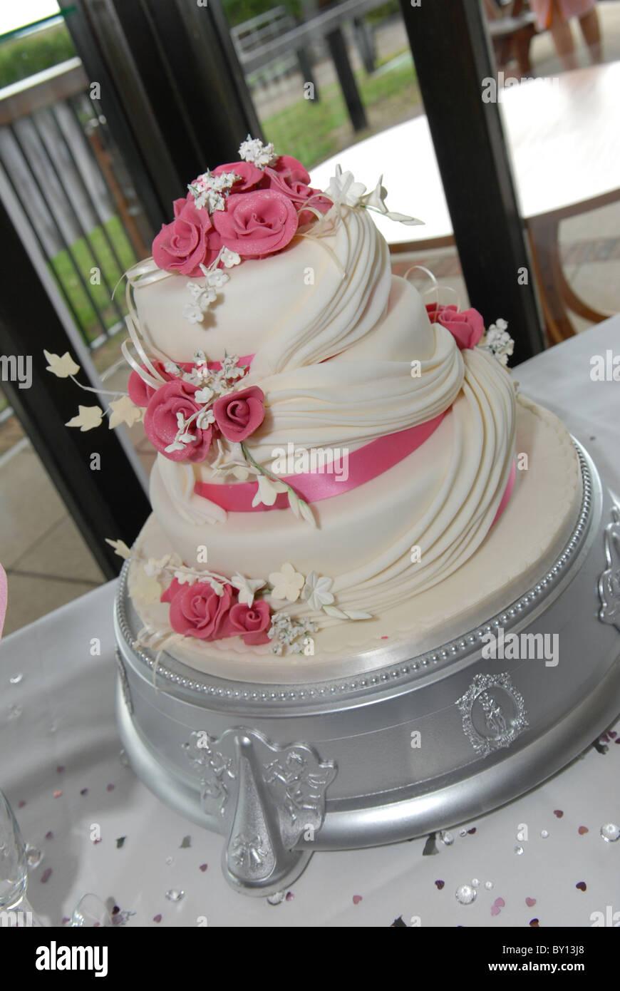 Gesamtansicht Der Eine Hochzeitstorte Mit Rosa Rosen Auf Einem