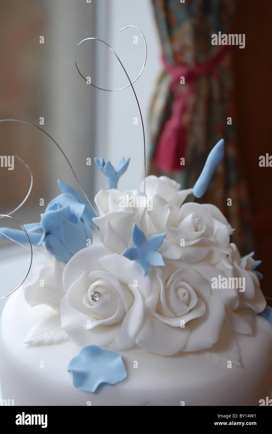 Allgemeinen Eine Hochzeitstorte Topper Baby Blau Weisse Rosen Aus