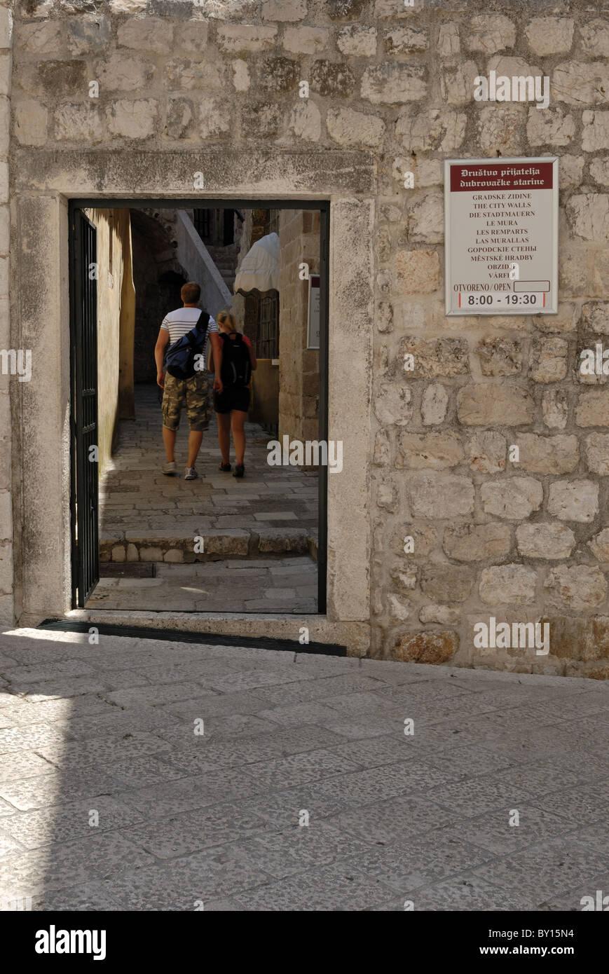 Ein anderen Eingang zu der Stadtmauer steht Svetog Dominika. Die ...
