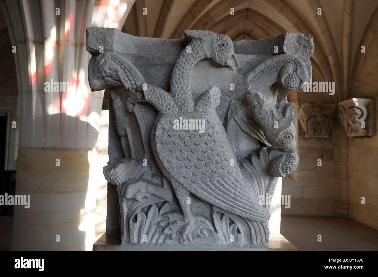 Statue Schnitzerei des legendären mittelalterlichen Web footed Vogel mit drei Köpfen, die zwei davon wurden, Stockbild