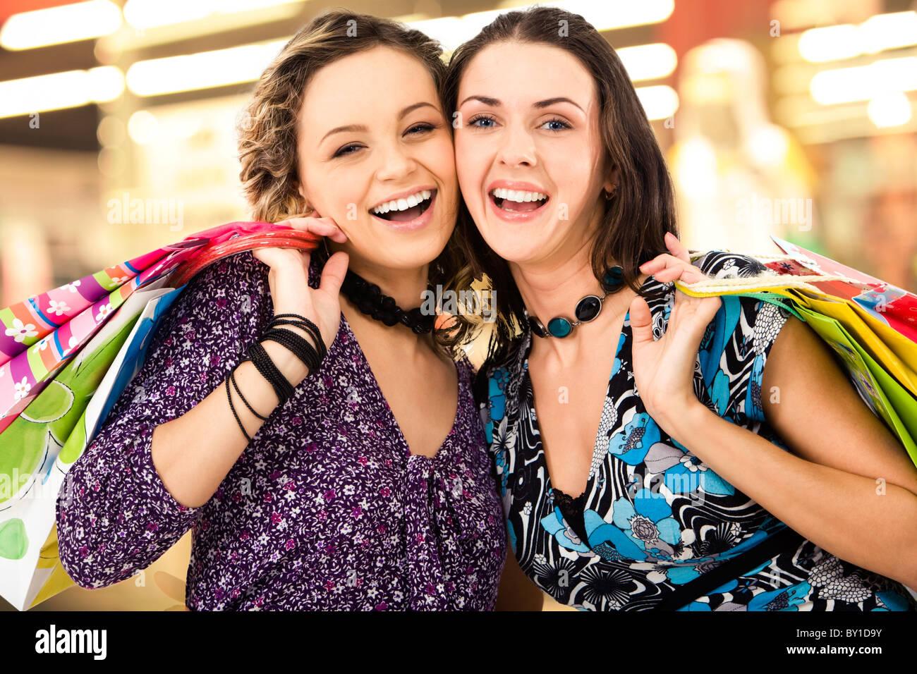 624d113f2d Gesichter der fröhlichen Damen im Einkaufszentrum Blick auf Kamera Amd  lachen Stockbild