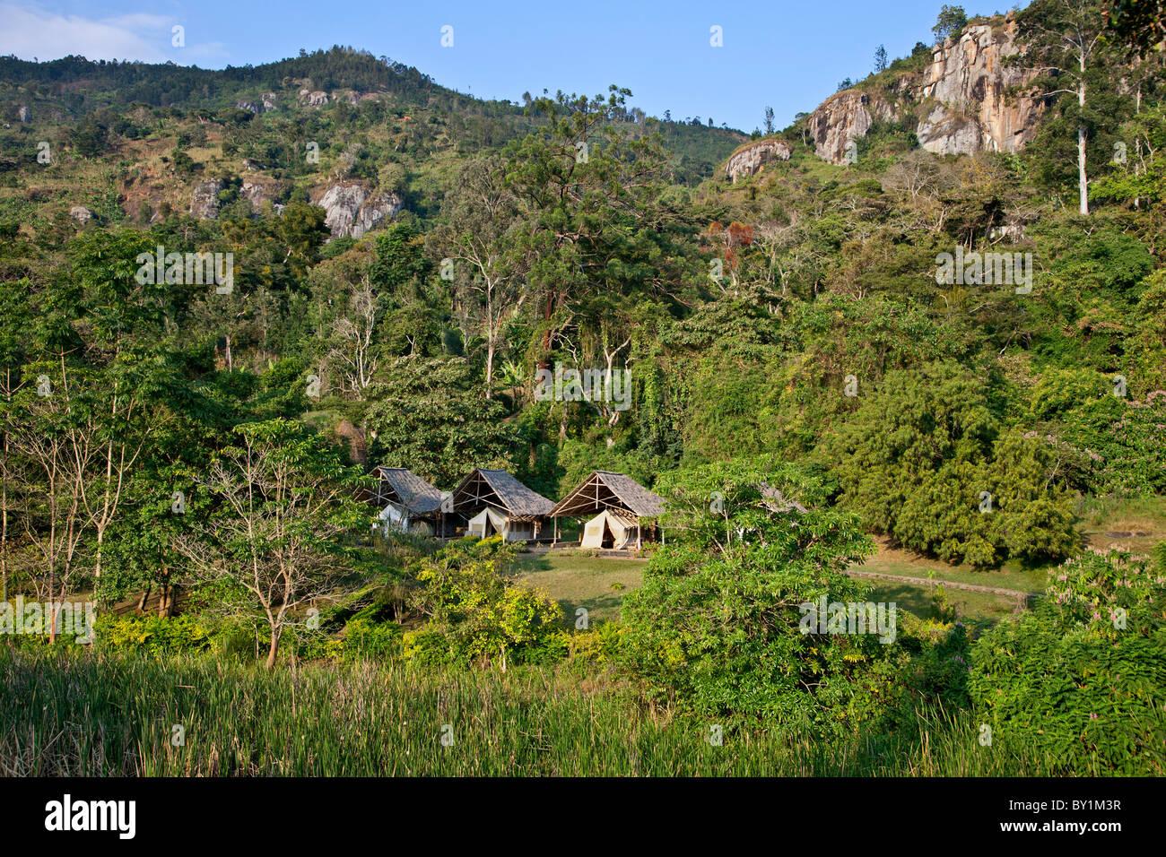 Tented Unterkunft auf einem Bauernhof in der Nähe von Soni im westlichen Bogen der Usambara Berge. Stockbild