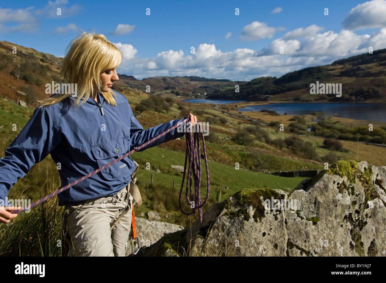 Klettergurt Aus Seil : Uk nord wales snowdonia. mädchen mit seil und klettergurt klettern